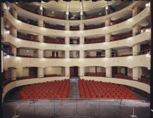 la sala teatrale vista dal palcoscenico