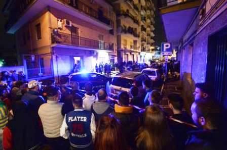 Inquirenti all'esterno del centro estetico dove due uomini sono uccisi ad Arzano (Napoli), 26 febbraio 2014. ANSA/CIRO FUSCO