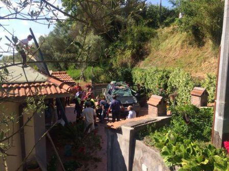 (ANSA) - NAPOLI, 3 GIU - Land rover precipita su terrazza casa in costiera sorrentina.