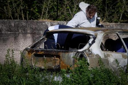 Carabinieri e tecnici della scientifica a Casamarciano (Napoli) sul lugo del ritrovamento del corpo di Felice Paduano, 74 anni, morto carbonizzato in un auto parcheggiata in una zona isolata tra Napoli ed Avellino, 24 marzo 2014. ANSA / CIRO FUSCO