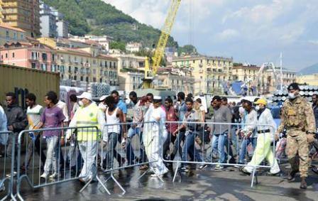 Un momento delle operazioni di sbarco dei 1414 migranti tratti in salvo dalla nave San Giusto della Marina Militare Italiana , 5 Agosto 2014. ANSA/ LUIGI PEPE