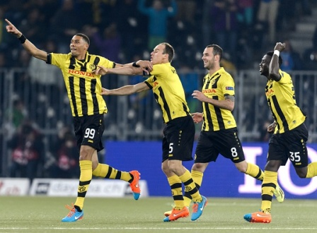 Young Boys' forward from France, Guillaume Hoarau (L) celebrates his team's first goal with team mates defender Steve von Bergen (2nd L), defender from Czech Republic Jan Lecjaks (3rd L) and midfielder from Ivory Coast Sekou Sanogo, during the EUFA Europa League football match, Group I, between BCS Young-Boys and Napoli on October 23, 2014, in Bern.  AFP PHOTO / FABRICE COFFRINI        (Photo credit should read FABRICE COFFRINI/AFP/Getty Images)