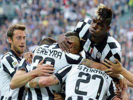 Juventus' Roberto Pereyra (C/L) jubilates with his teammates after scoring the goal during the Italian Serie A soccer match Juventus FC vs SSC Napoli at the Juventus Stadium in Turin, Italy, 23 May 2015. ANSA/ALESSANDRO DI MARCO