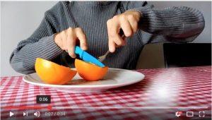 como-pelar-una-naranja-sin-mancharse-cuchillo-tenedor