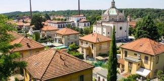 Crespi d'Adda, già sito Unesco, è il più importante esempio italiano del modello della company town inglese. Il Capitalismo si pone per la prima volta il problema delle condizioni di vita del proletariato.