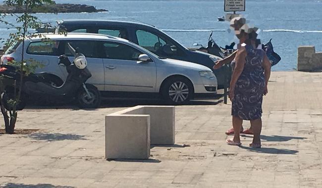 TROMBA D'ARIA? LE PANCHINE DI SANTA CATERINA TROVATE RIBALTATE