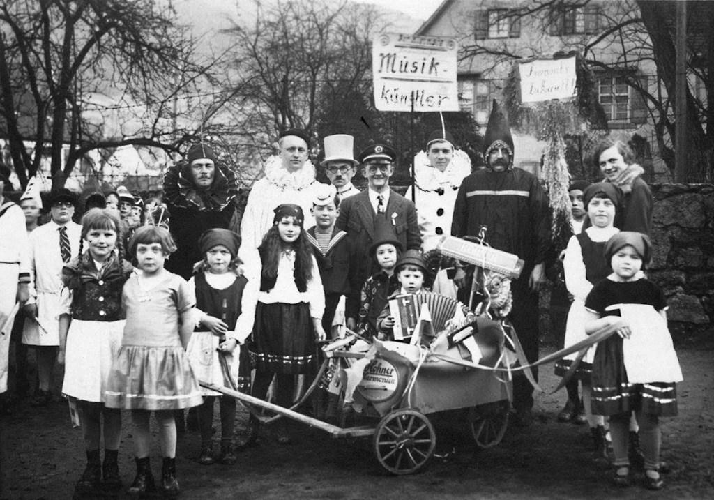 Das Bild entstand Ende der 20er Jahre auf dem Schulhof, Blick Richtung ARAL Tankstelle. In der hinteren Reihe kann man ein paar Domino-Kostüme sehen.
