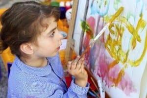 resim çizen çocuk