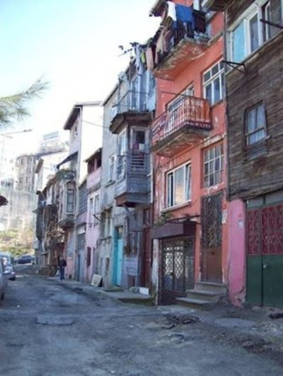 Havalar ısınınca: Yaşmak Sıyıran Sokak Kasımpaşa'da bulunan bu sokak adını, sıcak havalarda bunalan kadınların burada bulunan yokuşta etraflarını önemsemeden yaşmaklarını sıyırmalarından almış.