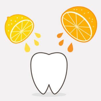 オレンジとレモンの汁を浴びる歯|フリー歯科イラスト【歯科素材.com】