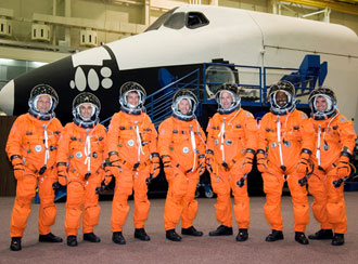 JSC2007-E-21252 : STS-122 crew