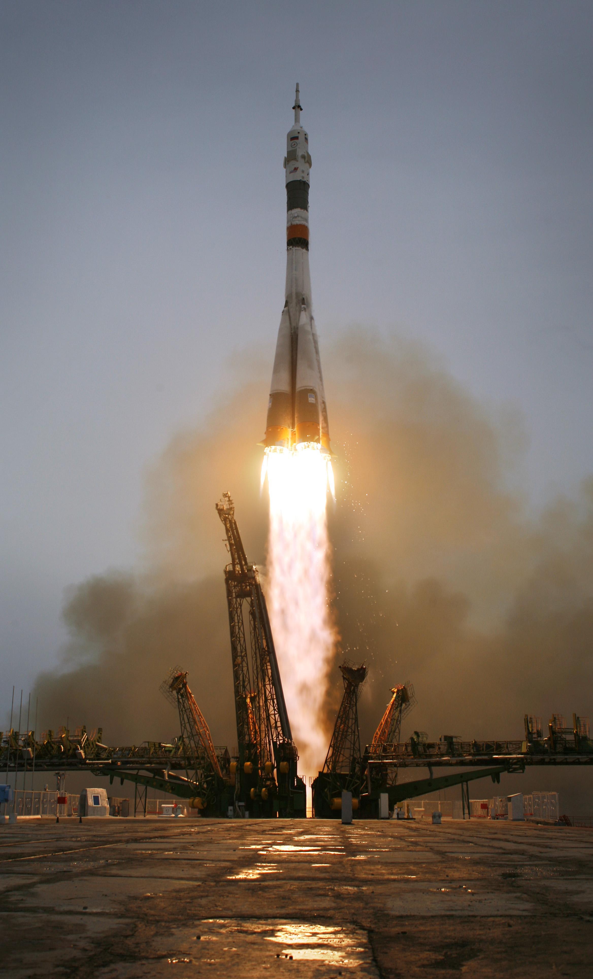 La Soyuz con la Expedición 19 despegando... lo siento, no hay discusión posible, es el cohete más bonito de la historia