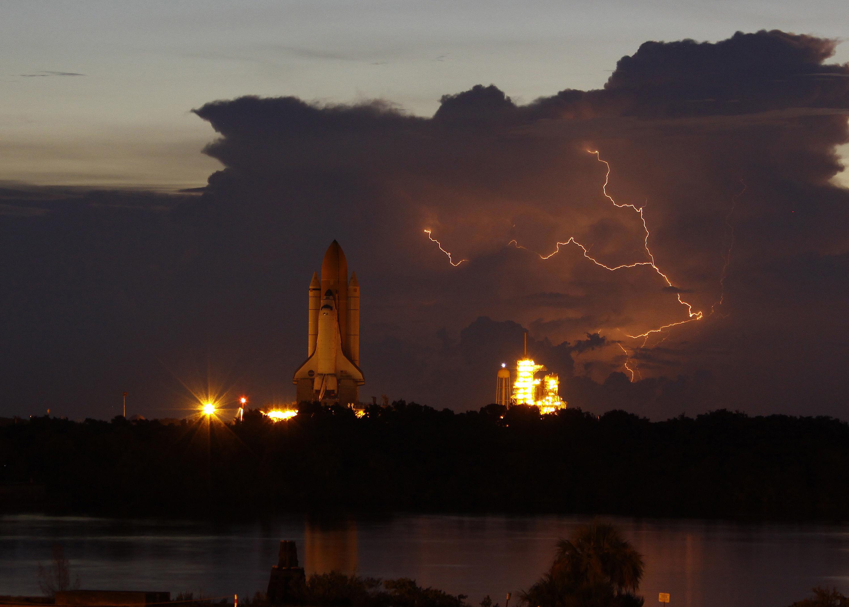 El traslado del Discovery a la plataforma de lanzamiento 39A acompañado de un cielo de tormenta - Justin Dernier