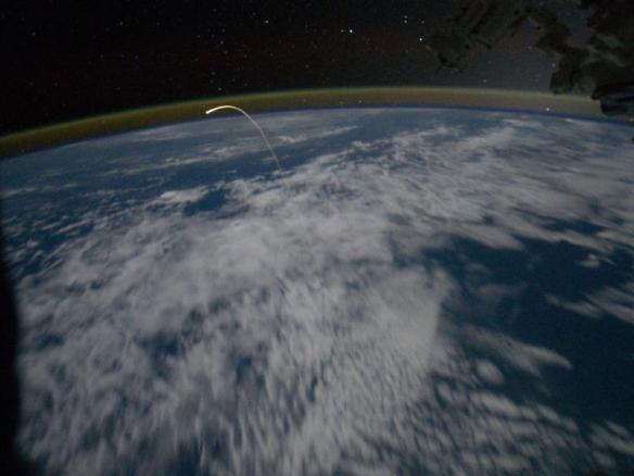 Una pasada de imagen, que ha tenido que esperar a la última misión a ser tomada: el rastro de plasma ionizado dejado por la lanzadera, visto desde la ISS
