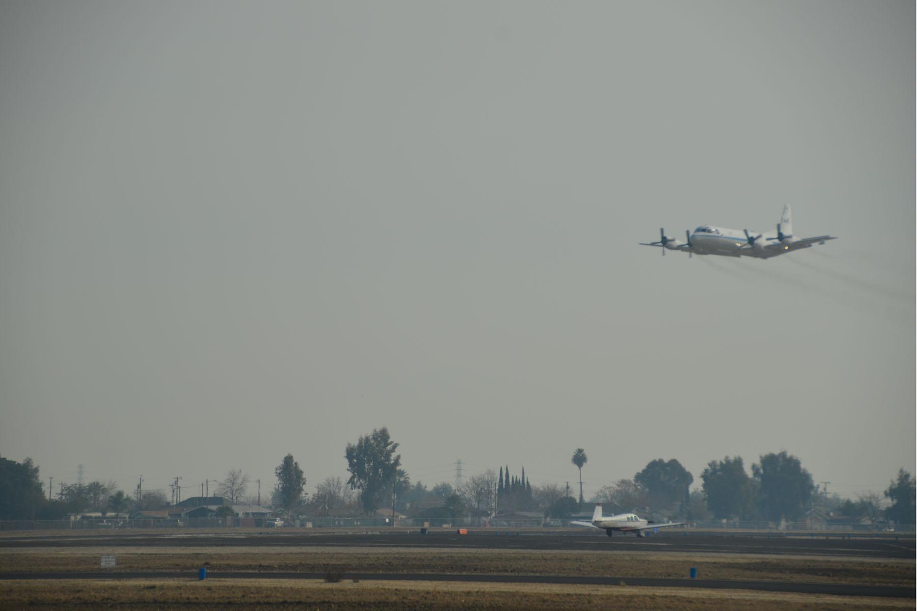 Das NASA Messflugzeug P-3B über dem Flughafen von Bakersfield in Kalifornien. Credit: NASA/Suzanne Crumeyrolle