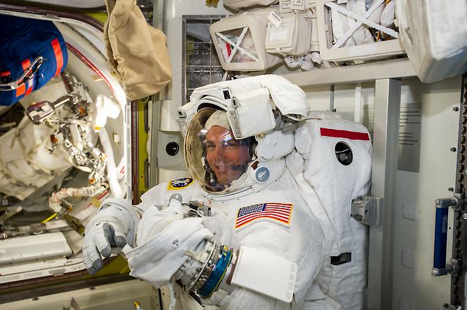 NASA astronaut Reid Wiseman verifică spațial lui în curs de pregătire pentru prima Expedition 41 spacewalk.