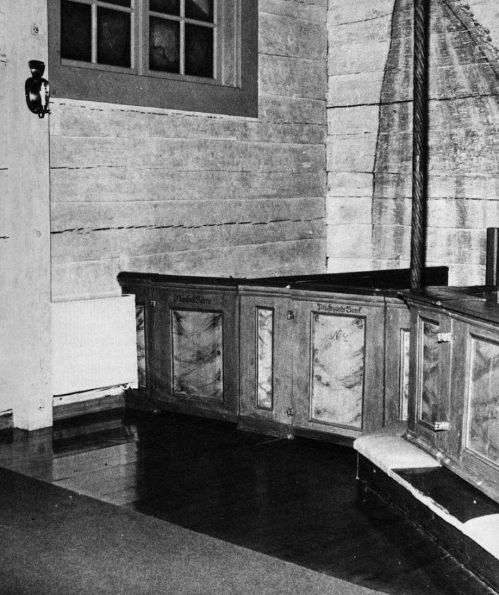Bänken för Näshults säteri är fortfarande belägen vid korets vänstra sida, minnande om den sorglustiga bänkstriden i början av 1700-talet.