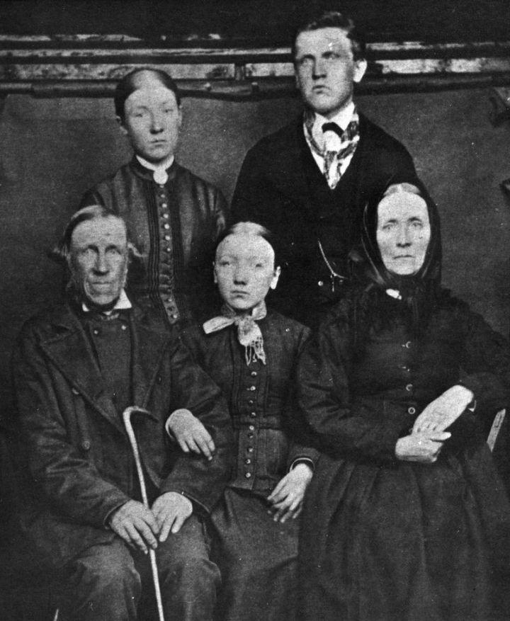 Jonas Petter Petterson, torpare på Nyäng under Kejsarekulla, här porträtterad med familjen på nämnda ställe, 1870-talet.