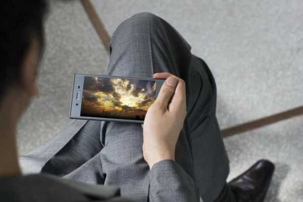 Sony Xperia XZ1 and XZ1 Compact display
