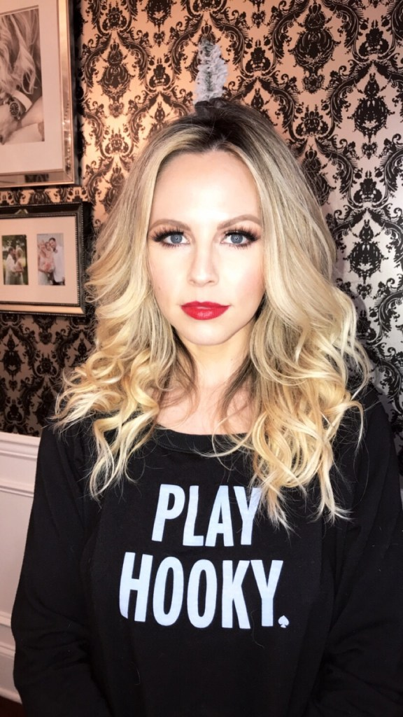 HOLIDAY MAKEUP LOOK || GOLD EYE WITH RED OR NUDE LIP by Nashville style blogger Nashville Wifestyles