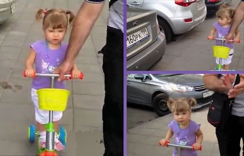 девочка распознает марки автомобилей по эмблеме