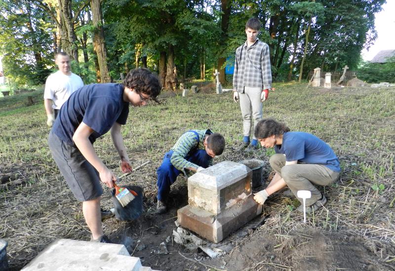 Молодь з «шашкевичівки» допомагає на цвинтарі. Фото з архіву «Маґурича»