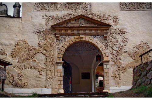 Zamek Grodno - Piękna fasada budynku z bramą