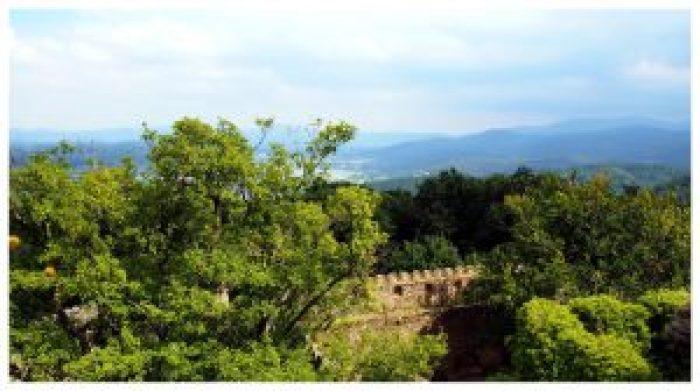 Widok z zamku Chojnik w Karkonoskim Parku Narodowym na lasy i odległe góry