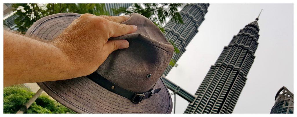Kapelusz z wizytą w Kuala Lumpur, stolicy Malezji. Widok na słynne wieże Petronas Towers