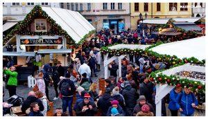 Podróż do Czech. Świąteczny jarmark w Pradze pełnej ludzi
