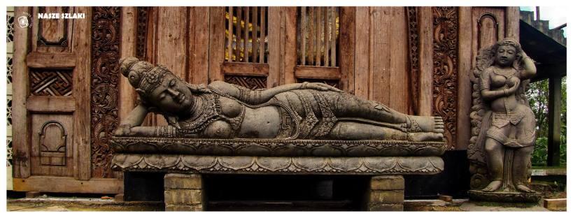 Posąg bogini leżącej na łóżku. Odpoczywająca naga kobieta wykuta w kamieniu. Wyspa Bali Indonezja.