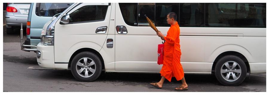 Chiang-Mai-park-narodowy-tajlandia-Doi-Inthanon-atrakcja-turystyczna-mnich-buddyjski-parking
