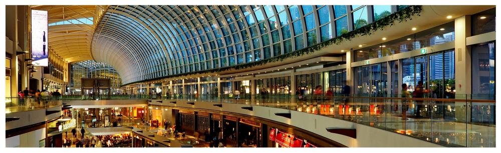 Marina Bay Sands, centrum handlowe i wystawowe w Singapurze. Popularne miejsce turystyczne odwiedzane przez wielu podróżników. Bardzo drogie miejsce,