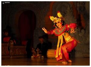 Azja-bali-ubud-indonezja-tancerka-artystka-młoda-taniec-pokaz
