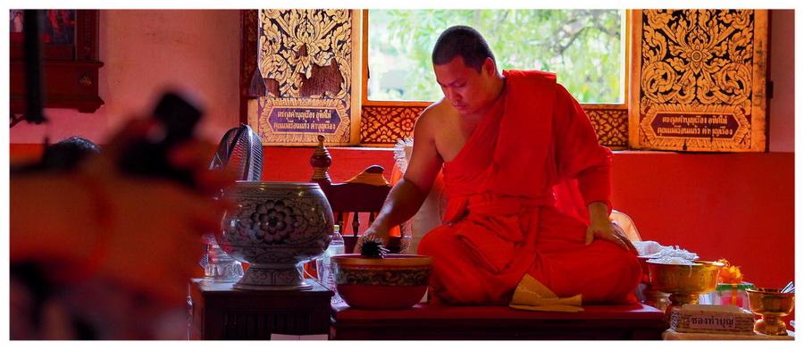 Azja-Tajlandia-Chiang-Mai-atrakcje-przewodnik-co-zobaczyć-blog-podróżniczy-prowincja-mnich-buddyjski-buddyzm-modły
