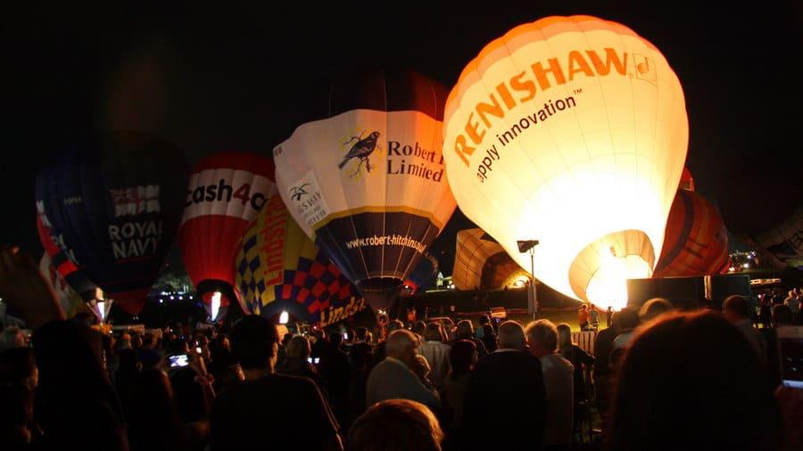 Balloon fiesta w Bristolu - Wieczorny pokaz napełniania balonów