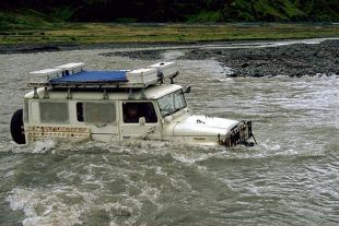 Jeep Crossing River in Thorsmork. Photo: By Andreas Tille (Own work) [CC BY-SA 4.0 (http://creativecommons.org/licenses/by-sa/4.0)], via Wikimedia Commons
