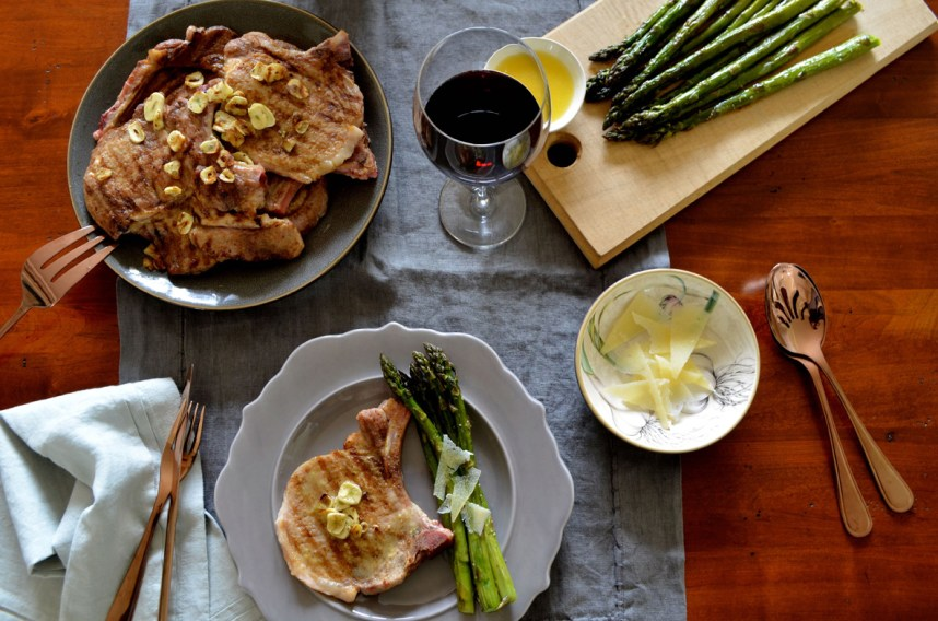 Spicy pork chops and asparagus with manchego