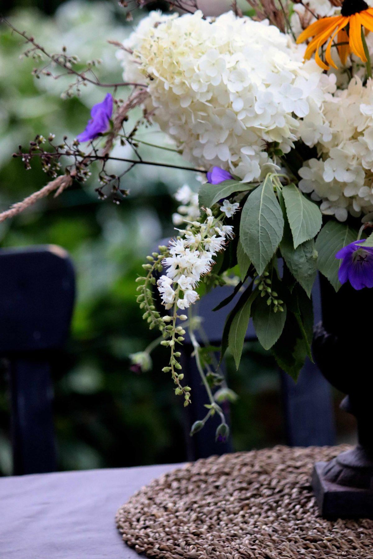 Natalia Lindberg Trädgårdsdesign blomarrangemang hortensia rudbekia urna konvaljbuske trädgårdnäva