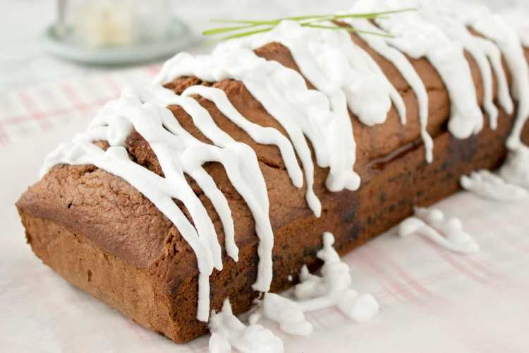 Irresistibly soft and full of warm, fragrant spices, this Healthy Gingerbread Loaf Cake is refined sugar-free and made with all healthy ingredients. Decorated with royal icing and just delicious, it's perfect for the holidays and chilly winter mornings. CLICK to grab the recipe or PIN for later!