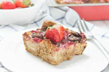 Sweet and flavorful, this Strawberry Chocolate French Toast Bake is the ultimate crowd-pleaser. It's filled with cottage cheese and super HEALTHY. A delectable, make-ahead morning treat or brunch. #breakfast #healthy #brunch #overnight #casserole