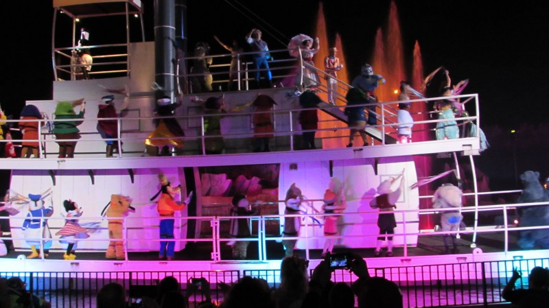 Steam Boat do Mickey com diversos personagens