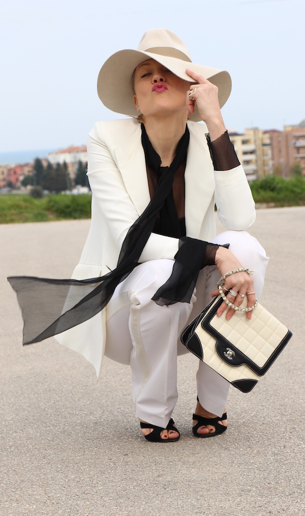 Look chic black and white tailleur