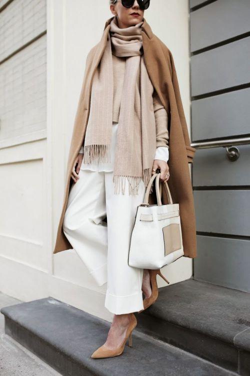 Come portare il cammello e i beige e bianco
