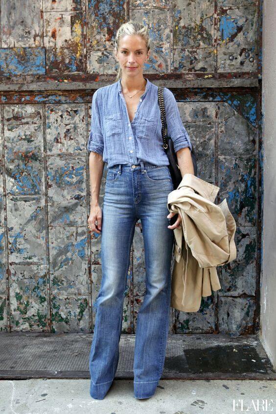 Come portare bene i jeans dopo i 40 camicia azzurra