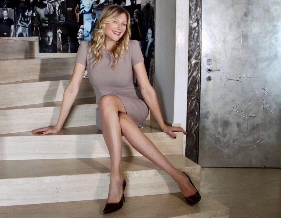 look impeccabile a 40 anni abito beige Natasha Stefanenko