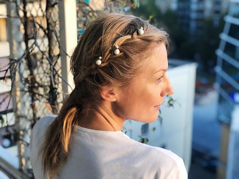 5 modi di indossare le perle sui capelli