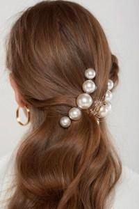 5 modi di indossare le perle sui capelli lunghi e sciolti