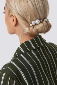 5 modi di indossare le perle sui capelli chignon basso
