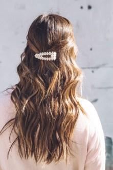 5 modi di indossare le perle sui capelli sciolti lunghi